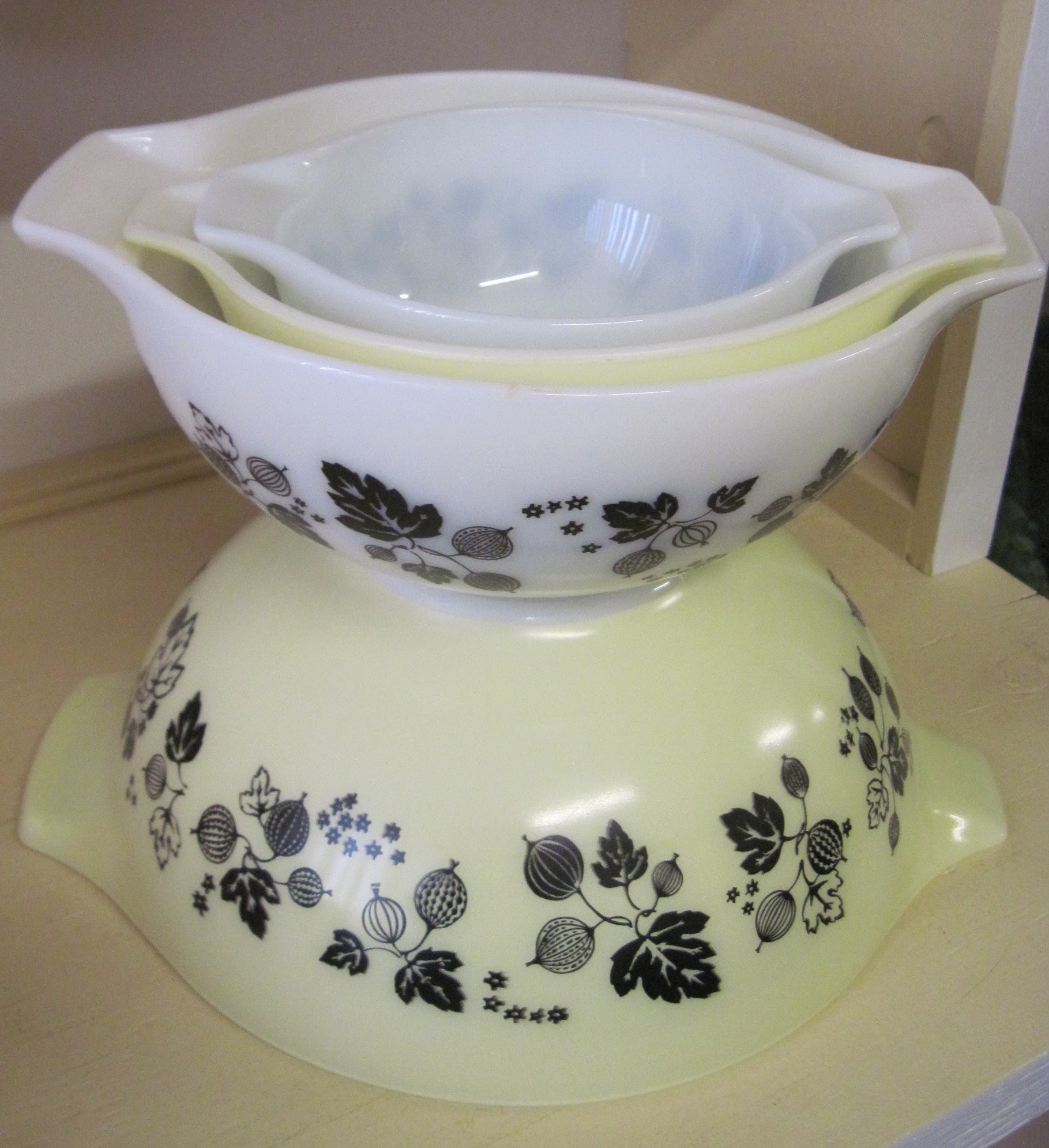 Pyrex Gooseberry Bowls, Black on Yellow and White | fabfindsblog